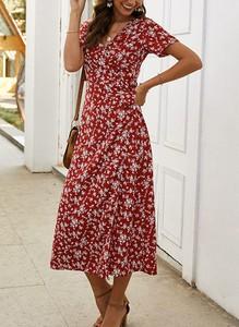 Czerwona sukienka Sandbella z dekoltem w kształcie litery v z krótkim rękawem midi