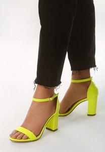 Żółte sandały born2be na wysokim obcasie na słupku