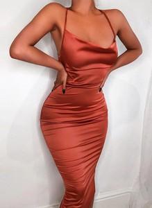 Czerwona sukienka Arilook na ramiączkach z satyny z dekoltem w kształcie litery v