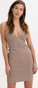 Brązowa sukienka Guess na ramiączkach z dekoltem w kształcie litery v