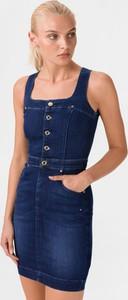 Niebieska sukienka Guess z bawełny z okrągłym dekoltem na ramiączkach