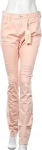 Różowe jeansy S.Oliver w street stylu