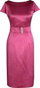Różowa sukienka Fokus midi dopasowana