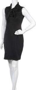 Czarna sukienka Makadamia z dekoltem w kształcie litery v bez rękawów mini