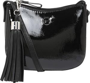Czarna torebka Tamaris średnia na ramię lakierowana