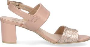 Różowe sandały Caprice na obcasie