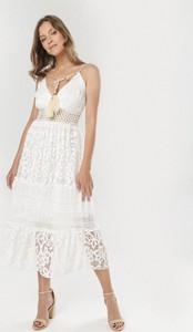 Sukienka born2be na ramiączkach z dekoltem w kształcie litery v midi