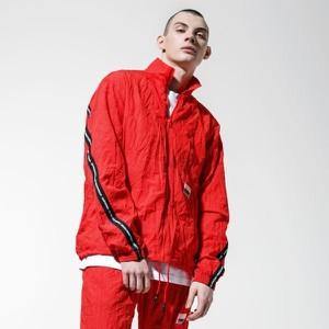 Czerwona kurtka Puma w młodzieżowym stylu
