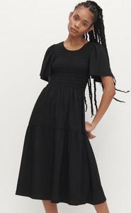 Czarna sukienka Reserved trapezowa z krótkim rękawem midi