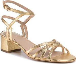 Złote sandały Guess z klamrami na średnim obcasie ze skóry