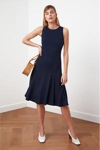 Sukienka Trendyol z okrągłym dekoltem bez rękawów midi