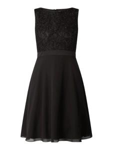 Czarna sukienka Jake*s Cocktail z okrągłym dekoltem z szyfonu rozkloszowana