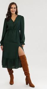 Zielona sukienka born2be midi z długim rękawem z dekoltem w kształcie litery v