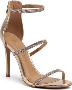 Złote sandały Eva Longoria na szpilce na wysokim obcasie w stylu klasycznym