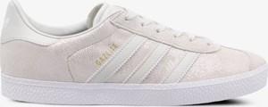 Trampki Adidas z płaską podeszwą sznurowane w sportowym stylu