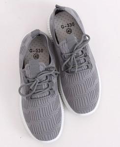 Szare buty sportowe z tkaniny, kolekcja wiosna 2020