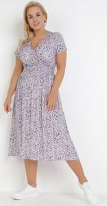 Fioletowa sukienka born2be midi z dekoltem w kształcie litery v w stylu casual