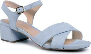 Niebieskie sandały Clarks na obcasie