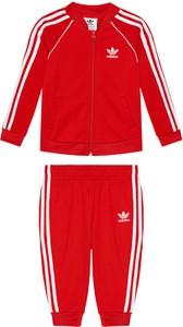 Czerwony dres dziecięcy Adidas z dzianiny w paseczki