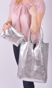 Srebrna torebka Designs Fashion do ręki ze skóry matowa