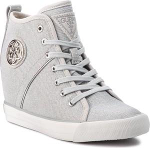 Sneakersy Guess na koturnie sznurowane w młodzieżowym stylu