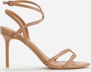 Sandały Reserved na wysokim obcasie z klamrami ze skóry