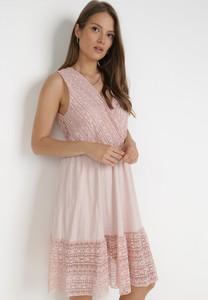 Różowa sukienka born2be z dekoltem w kształcie litery v bez rękawów trapezowa
