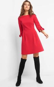 Czerwona sukienka ORSAY z długim rękawem z dekoltem w łódkę
