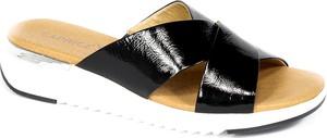 Czarne klapki Caprice w stylu casual ze skóry