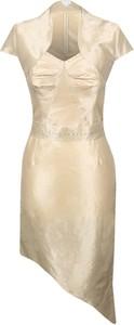 Złota sukienka Fokus midi z krótkim rękawem asymetryczna