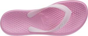 Różowe klapki Nike w sportowym stylu