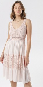 Różowa sukienka born2be z dekoltem w kształcie litery v w stylu casual rozkloszowana