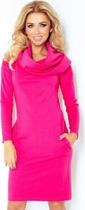 Różowa sukienka NUMOCO z długim rękawem mini z golfem