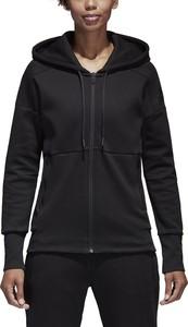 Czarna bluza Adidas w młodzieżowym stylu