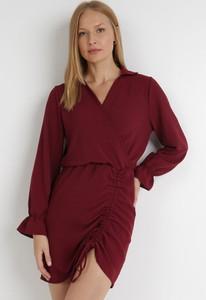 Czerwona sukienka born2be z długim rękawem z dekoltem w kształcie litery v