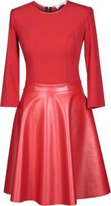 Czerwona sukienka Fokus midi z okrągłym dekoltem w street stylu