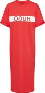 Różowa sukienka Hugo Boss w stylu casual prosta z krótkim rękawem