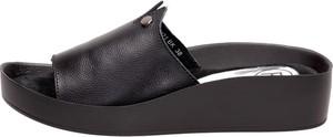 Czarne klapki Suzana w stylu casual na platformie ze skóry