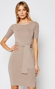 Brązowa sukienka Guess z okrągłym dekoltem mini z krótkim rękawem
