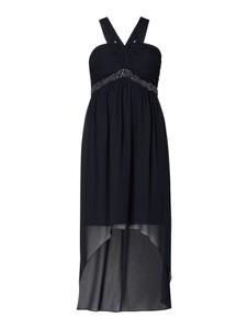 Czarna sukienka Jake*s Cocktail z szyfonu asymetryczna z dekoltem w kształcie litery v