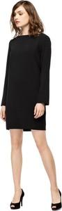 Czarna sukienka fADD z tkaniny prosta z okrągłym dekoltem