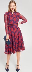 Sukienka QUIOSQUE z dekoltem w kształcie litery v rozkloszowana midi