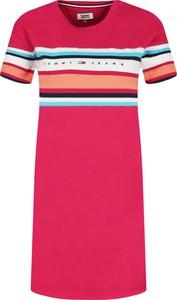Różowa sukienka Tommy Jeans z okrągłym dekoltem z krótkim rękawem w stylu casual
