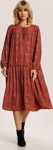 Czerwona sukienka Renee z długim rękawem midi z okrągłym dekoltem