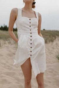 Sukienka Marsala na ramiączkach z dekoltem w kształcie litery v z tkaniny