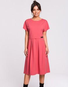Różowa sukienka Be z krótkim rękawem