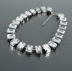 POLSKA Efektowny krótki naszyjnik z dużych przezroczystych kryształów