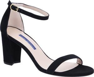 Sandały Stuart Weitzman w stylu glamour z klamrami na obcasie