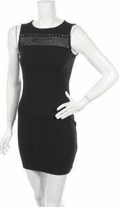 Czarna sukienka Guess z okrągłym dekoltem bez rękawów prosta