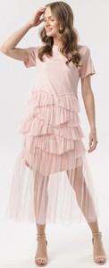Różowa sukienka born2be z krótkim rękawem z okrągłym dekoltem
